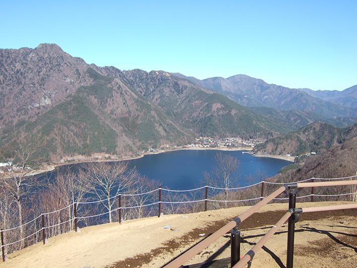 休憩しながら3つの湖を見すことができる「三湖台」