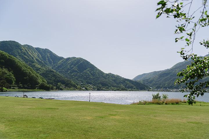 目の前に広がる「小海公園」は人気の休憩スポット