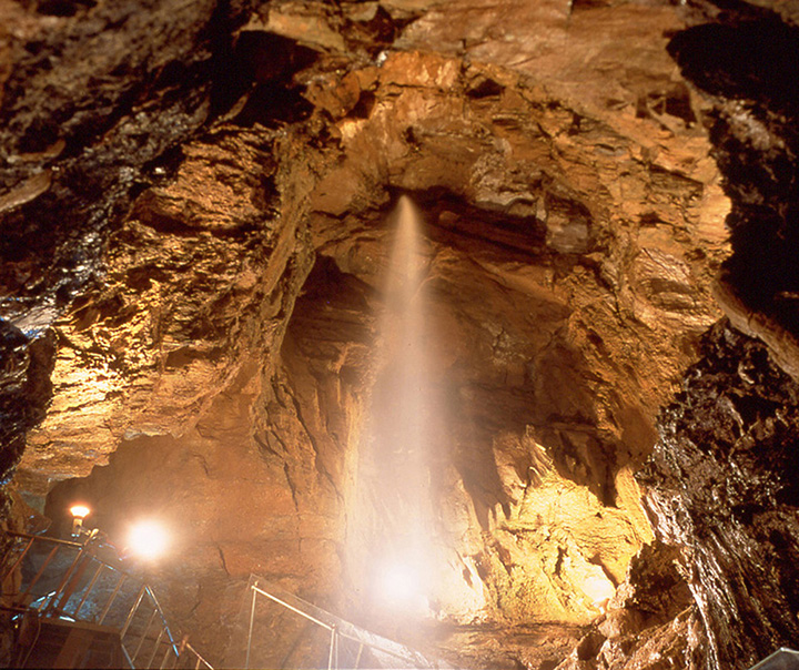 天井から流れ落ちてくる地底の滝「黄金の大滝」
