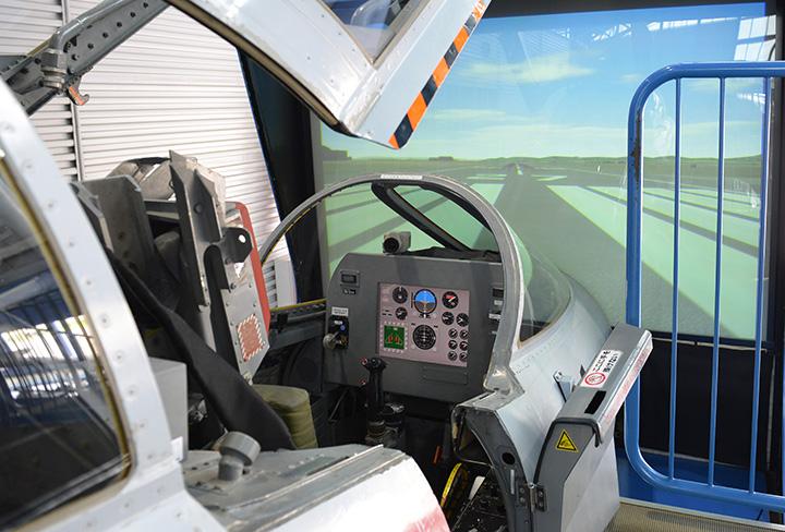 展示格納庫内にあるフライト・シミュレーター