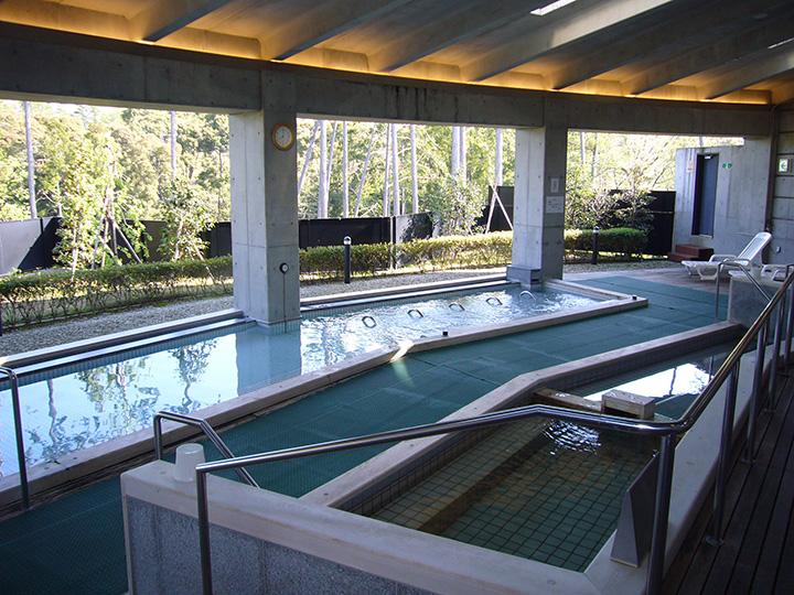 「森林の湯」のデッキ露天風呂