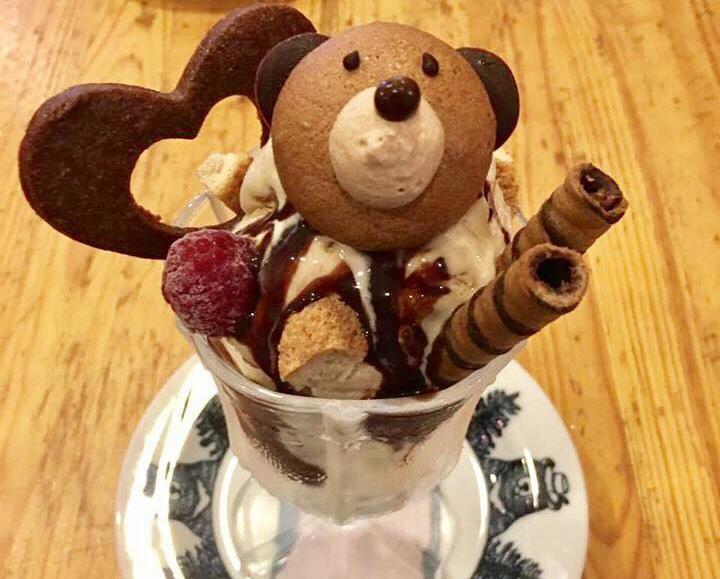愛らしい焼き菓子のクマさんがのったパフェ・タチ 864円