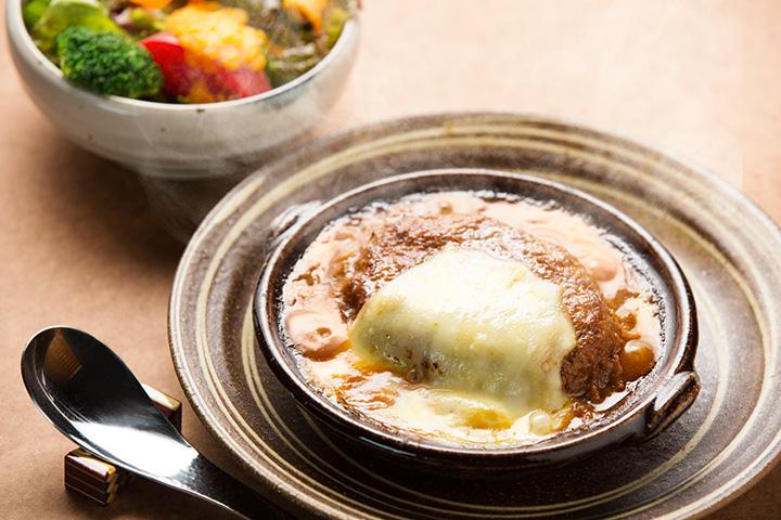 熟成味噌の煮込みハンバーグ定食1,700円。ご飯、味噌汁、ミニサラダ付き