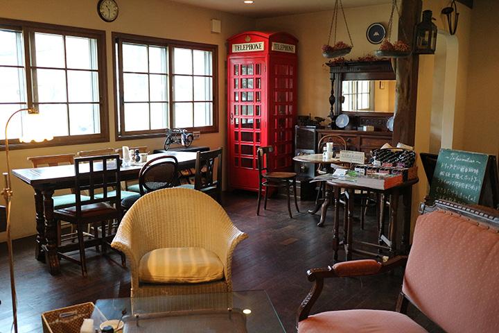 静かなカフェで携帯電話を使う場合は、ぜひ電話ボックスへ