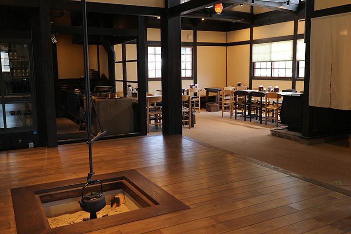 テーブル席のほか、いろりや座敷席も。立派な柱や梁も見どころ