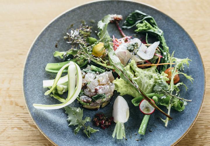 サヨリとトビウオと菜の花のタルタルのサラダ仕立て。ランチ、ディナーコースの前菜の一例