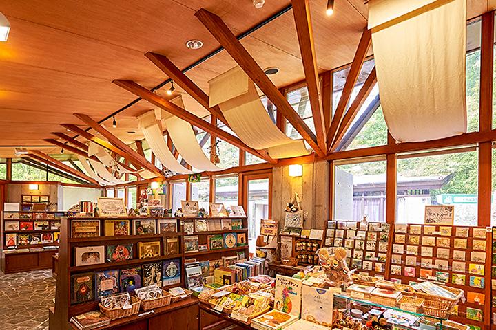 ミュージアムショップ「絵本のお店」には企画展に合わせたグッズも