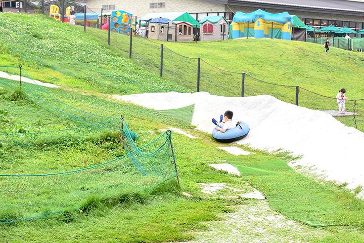 傾斜を利用して芝生を滑るチュービング