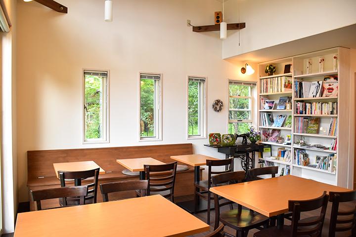 浅間山ビューの店内。雑誌を読みながらゆったり過ごす人も