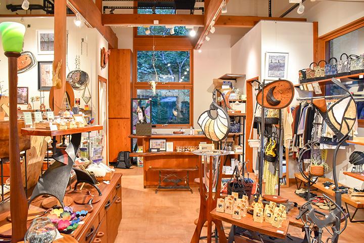 木とアイアンの時計や、パリコレデザイナーによる子ども服なども