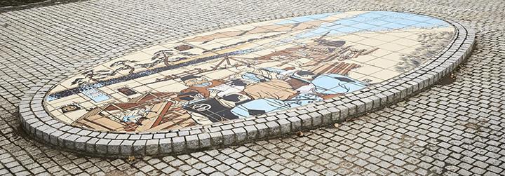 砂ドックで船大工が日本初の洋式帆船を造る様子を表現した、川口公園のタイル絵