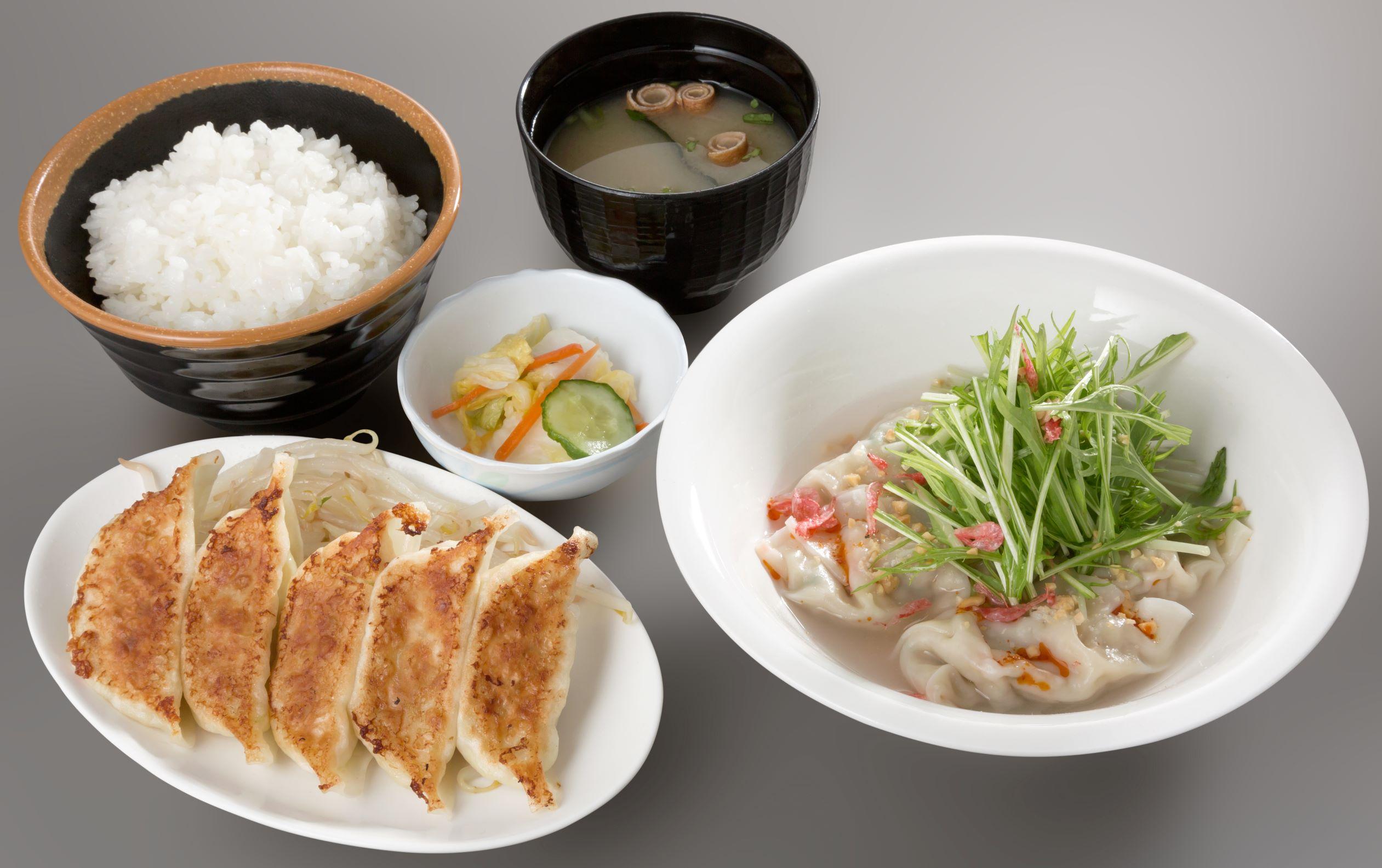 焼餃子と水餃子がセットの「ヤキスイ定食」1,180円[