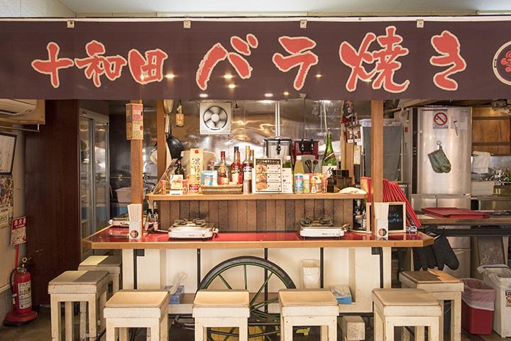 テーブル席のほか、福岡県中洲の有名店から譲り受けた屋台で作った席もあります