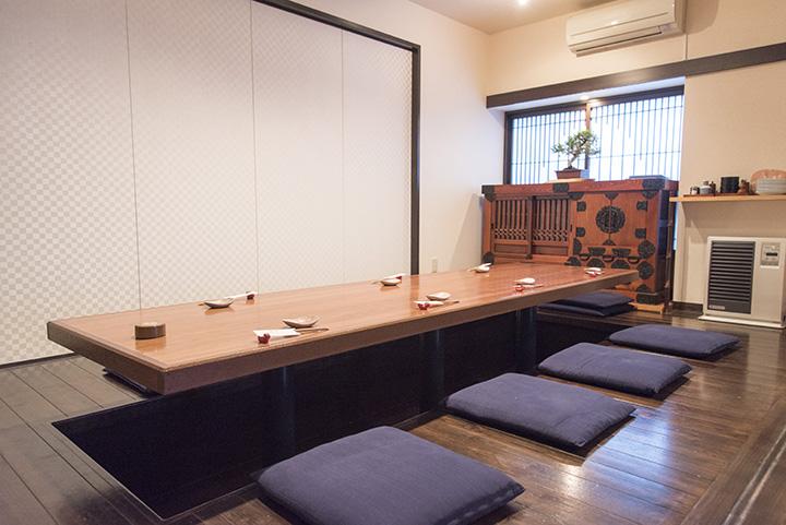 カウンター席、長テーブルのある掘りごたつ式の席があるほか、少人数のグループやファミリーにおすすめの半個室も