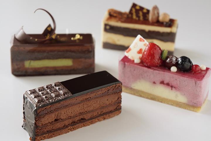 クワッドショコラ460円(手前)ほか、チョコレートを使用したケーキ