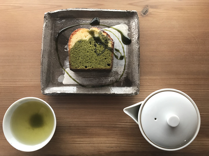 濃茶(こいちゃ)のけーき450円と静岡県森町のお茶(深蒸し煎茶)500円