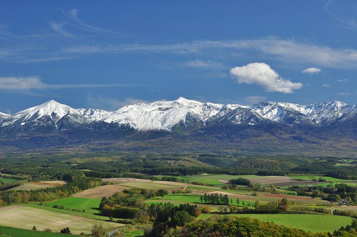 残雪が美しい初夏の十勝岳連峰