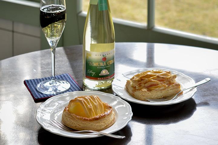 津軽ゆめりんごファームのアップルパイ(左)、タムラファームのアップルパイ(右)各432円。タムラファームのシードルは1,600円(500ml)