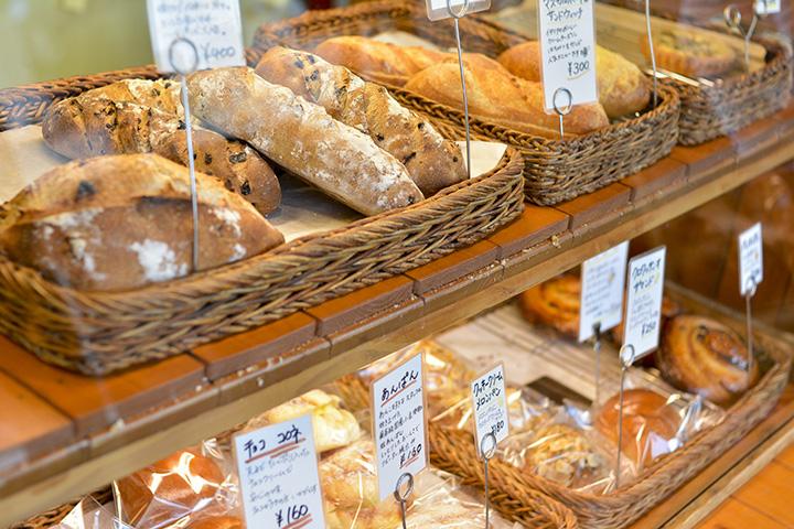値札にはパンの特徴が書き込まれていて、読むとどれを選ぼうか迷ってしまう