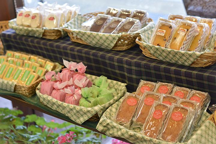 種類豊富な焼菓子。りんごを使ったものも多い