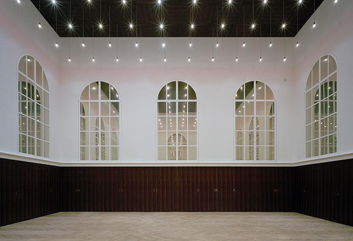 大きな窓が印象的なコミュニティホール ©青森県立美術館