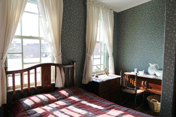 シンプルな家具が設えられたベッドルーム