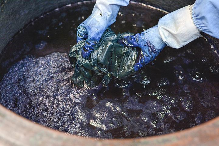 染液に浸す回数によって、青の濃淡が変わっていく