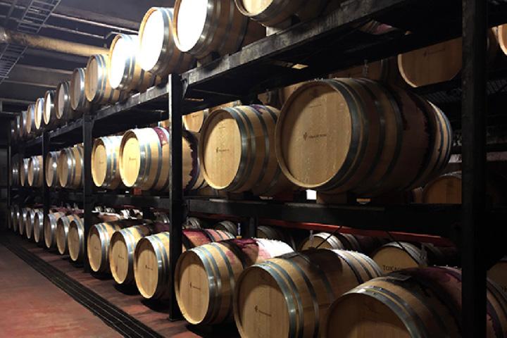 ワイン城の「地下熟成庫」に並ぶワイン樽