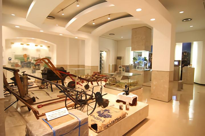 2階の第二展示室には古い農機具が並ぶ