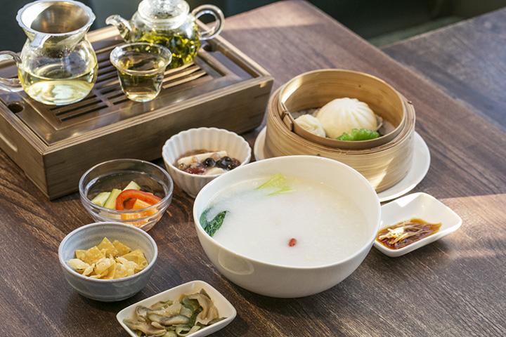 広東粥、またはワンタンスープと点心、中国茶、デザートなどがセットになったランチセット1,400円