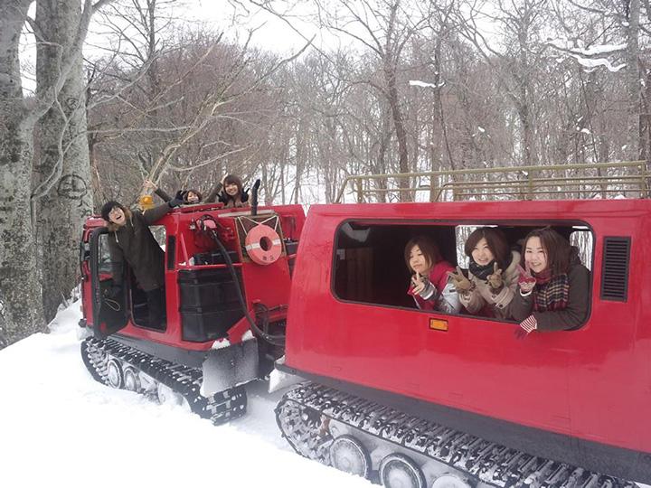 雪上車でドライブを楽しむ「十和田湖CATツアー」
