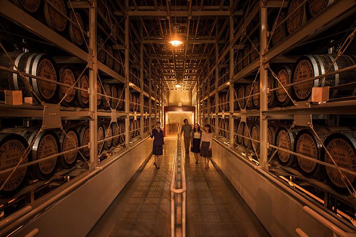 ウイスキーの樽が整然と並ぶ貯蔵庫