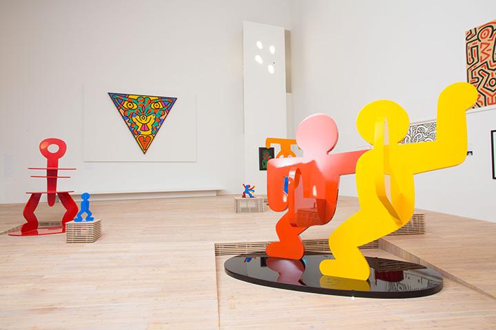 カラフルな作品が並ぶ常設展示室