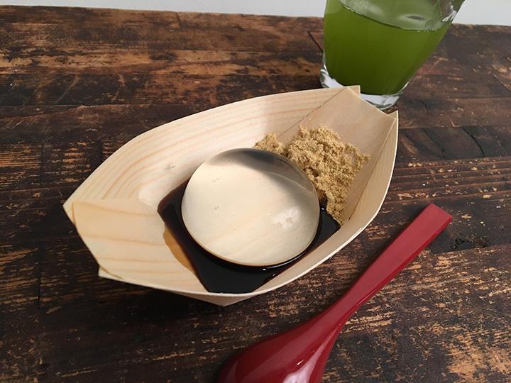 「水信玄餅」はお茶とセットで500円