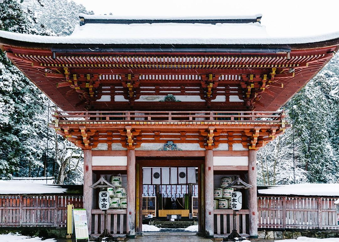 日吉大社西本宮楼門の雪