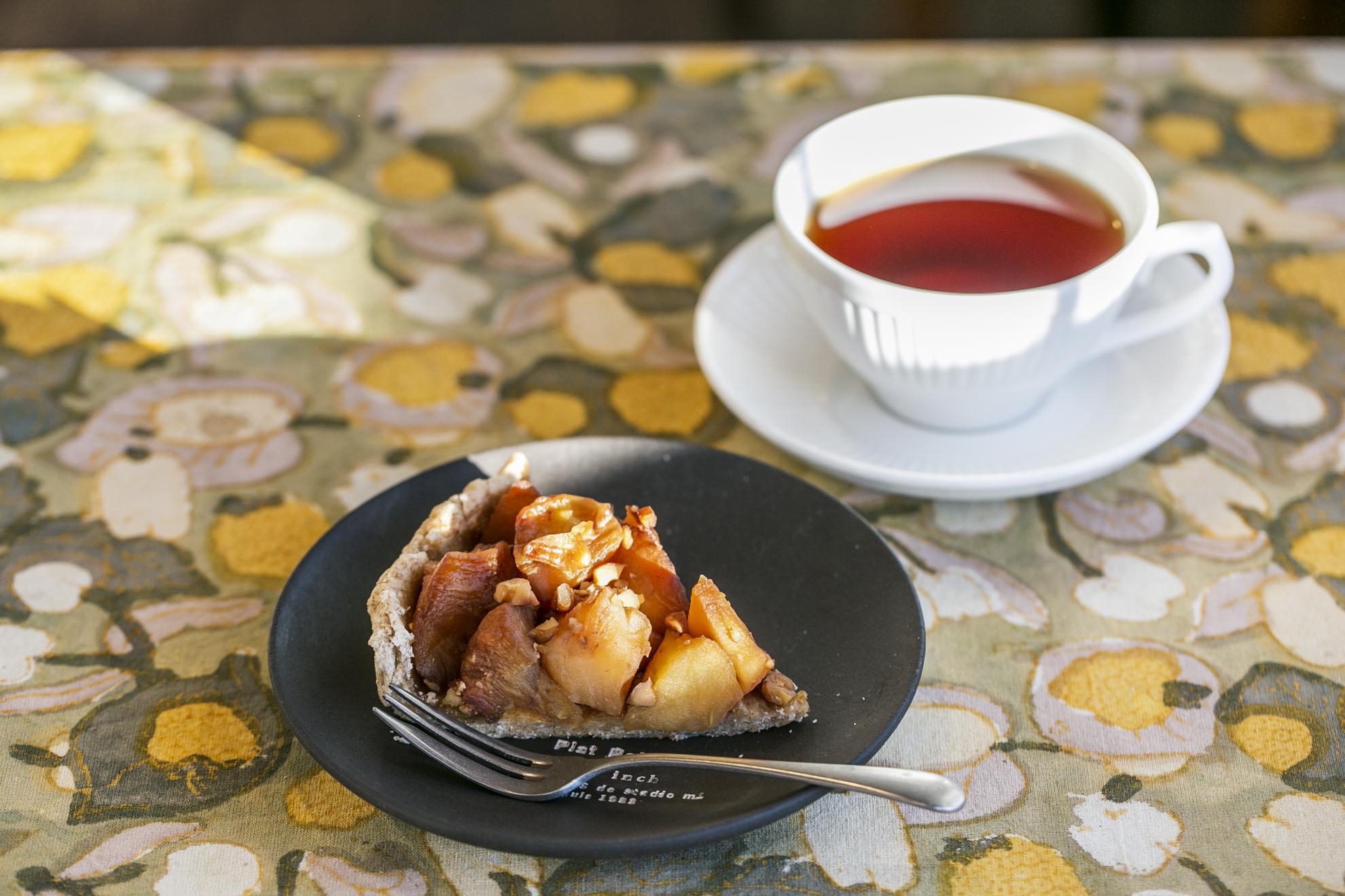 砂糖、卵、乳製品を一切使用していないアップルパイは紅茶とセットで900円