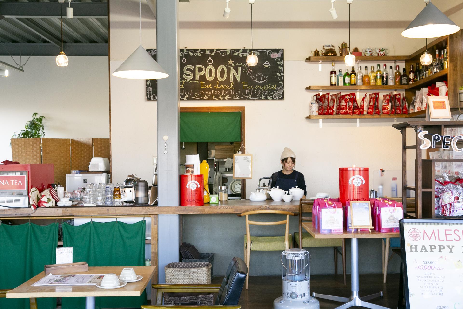 天井が高く開放感のある店内。「ムレスナティー」の茶葉を購入することも可能