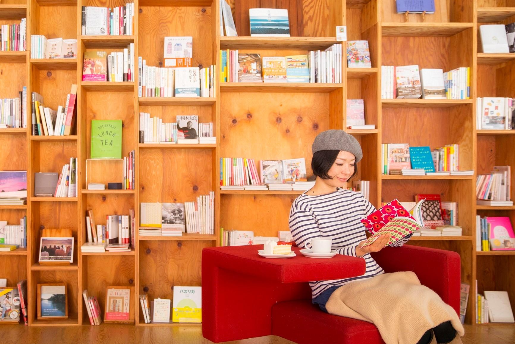 アート系、デザイン系の本も充実。お茶を飲みながらゆっくり過ごせる