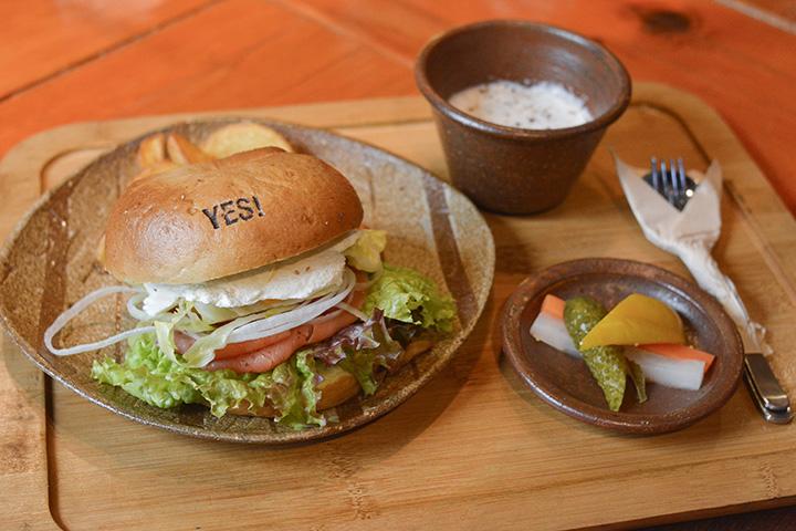 ベーグルサンドはスープ(夏はラタトゥイユ)、ピクルスとセットで950円