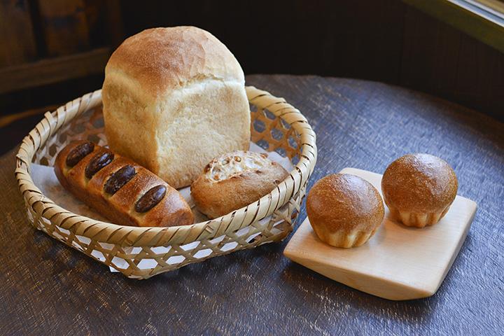 左のかごは左から花豆パン、食パン、クルミパン。右はブリオッシュ