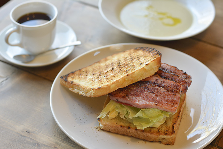 「本日の特製サンドウィッチ」。スープ、ドリンク付きで1,500円