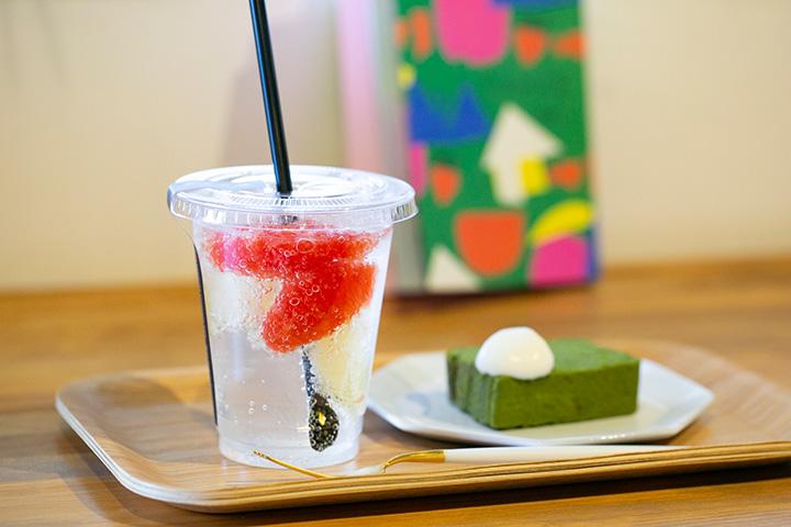 今日のケーキセット700円。ケーキは週替わりで、この日は抹茶のガトーショコラ