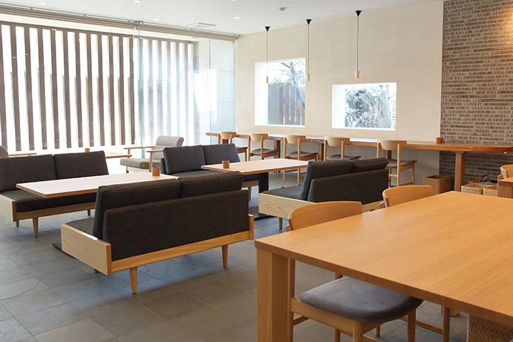 大きなテーブルに座り心地のいい椅子やソファをセット