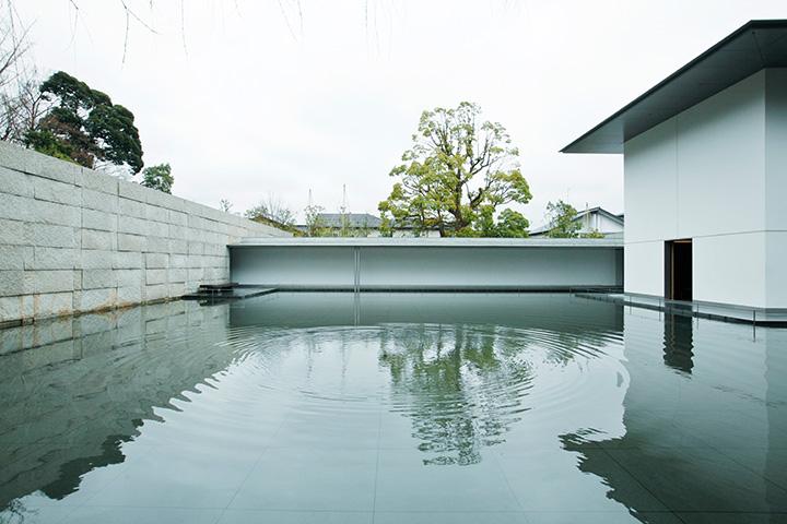 水鏡の庭。ときおり発生する波紋や、空や木々を映す水面に心が洗われます