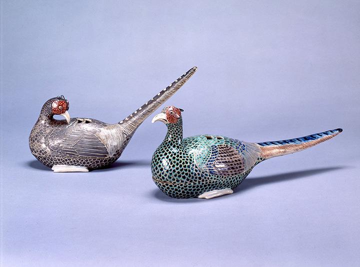 国宝 色絵雉香炉(右)と重文 色絵雌雉香炉(左)