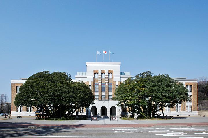 シンボルである左右対称のシイノキとレンガの建物が調和