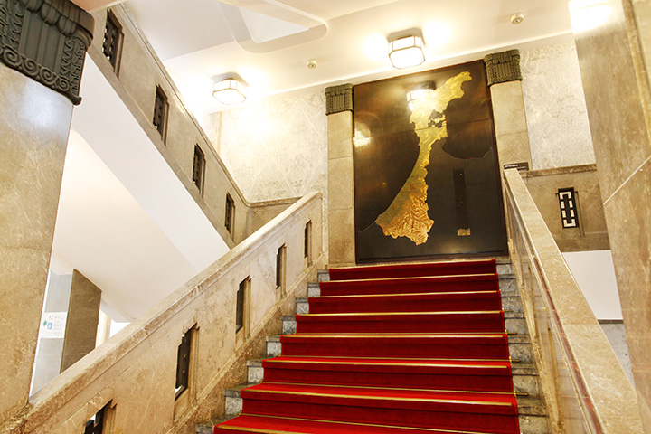 赤い絨毯が敷かれた重厚な階段。館内は自由に見学できる