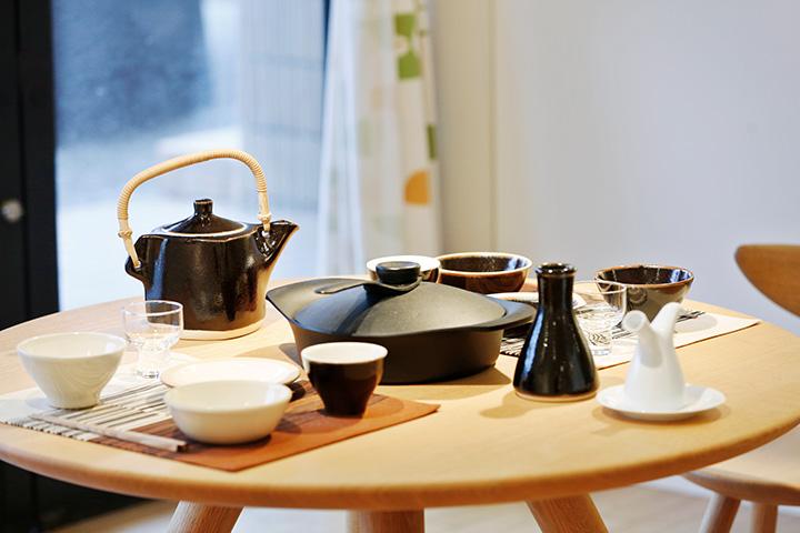 シンプルで使い勝手のいいテーブルウェアが並ぶ