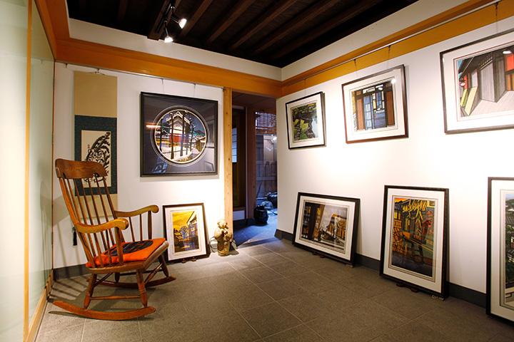 ギャラリースペースでは版画や墨絵など約20点を展示