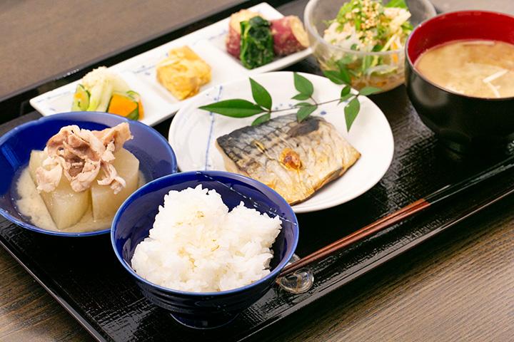 一汁六菜定食1,600円。土鍋で炊く石川県産のご飯に、選べる主菜とおばんざい、味噌汁が付く
